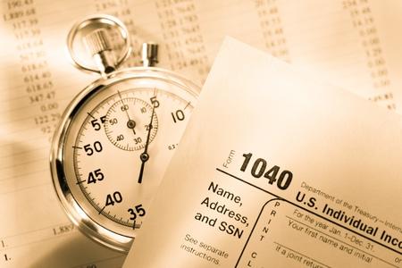 retour: Belastingformulier, exploitatiebegroting en stopwatch Stockfoto