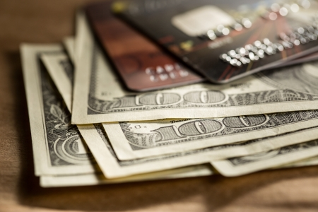 cash money: Las tarjetas de crédito y dólares en efectivo Foto de archivo