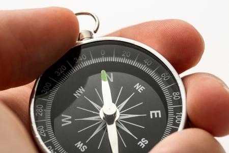 Hand hält silber schwarz Kompass
