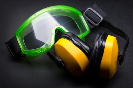 Grüne Brille mit Kopfhörer auf schwarz