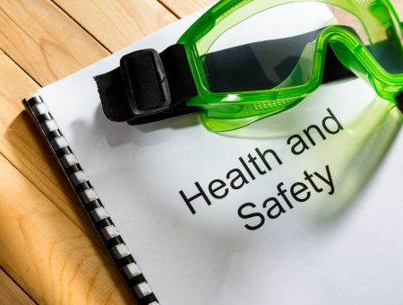seguridad e higiene: Registrarse con gafas en el fondo de madera Foto de archivo
