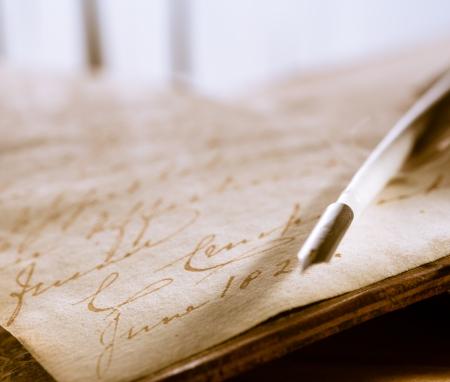 story: Antiguo libro con la pluma pluma