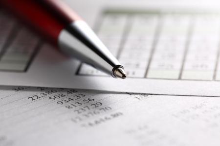Operating budget, calendar and pen Standard-Bild