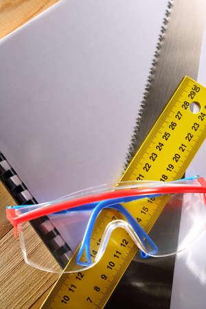serrucho: Ruler, notebook, sierra de mano y gafas