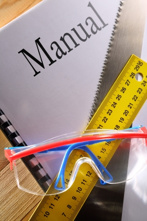 serrucho: Ruler, manual, sierra de mano y gafas Foto de archivo