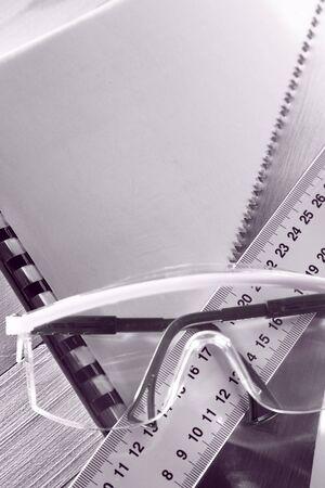 serrucho: Ruler, notebook, sierra de mano y gafas de tonificaci�n