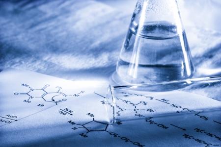 quimica organica: Qu?mica con f?rmula de reacci?n en el tono Foto de archivo