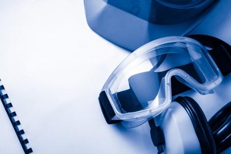 seguridad e higiene: Reg?strese con gafas, auriculares y cascos