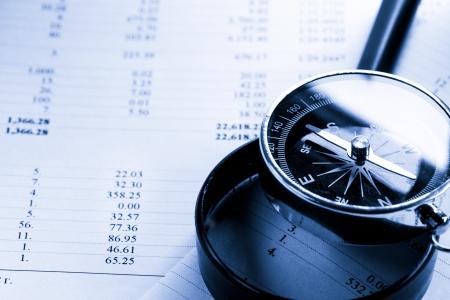 Exploitatiebegroting, vergrootglas en zwarte kompas Stockfoto