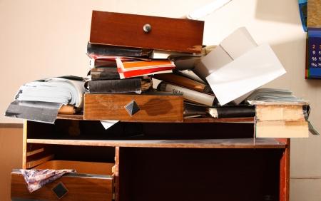 habitacion desordenada: Trabajo sucio con la pila de papel Foto de archivo