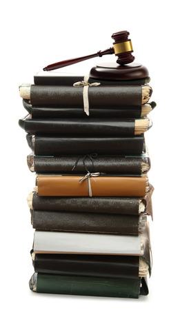 martillo juez: Pila de carpetas de papel viejo y martillo Foto de archivo
