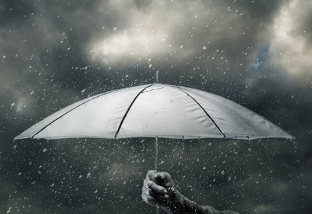 lluvia paraguas: Paraguas en mano bajo las gotas de agua de tormenta