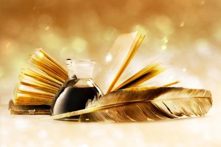 Met veren en inktpot vol met inkt Oud boek Stockfoto