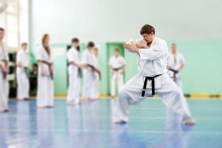 Lektion in der Karateschule für Erwachsene und Kinder
