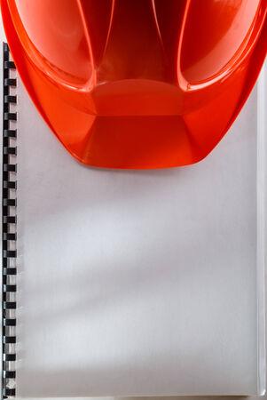 casco rojo: Casco rojo en el cuaderno en blanco