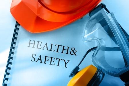 papel de notas: Gafas de seguridad, auriculares y casco rojo Foto de archivo