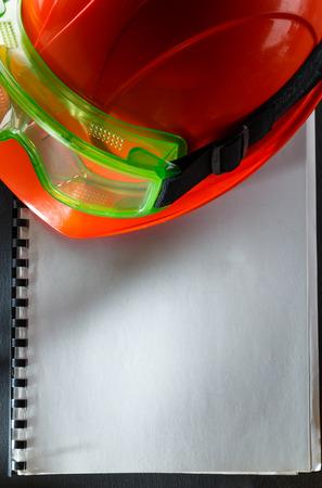 casco rojo: Gafas verdes y casco rojo