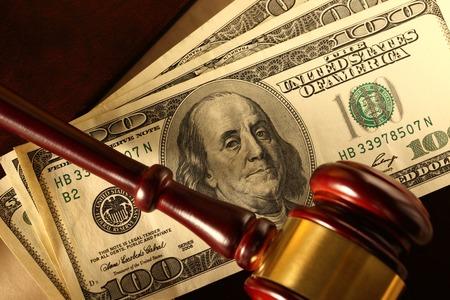 cash money: Wooden gavel and dollar banknotes Foto de archivo