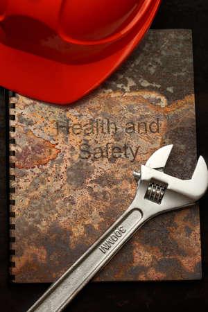 casco rojo: Casco rojo y llave en la libreta r�stico