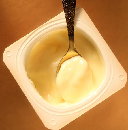 Yogurt pot with full spoon Zdjęcie Seryjne - 32268858