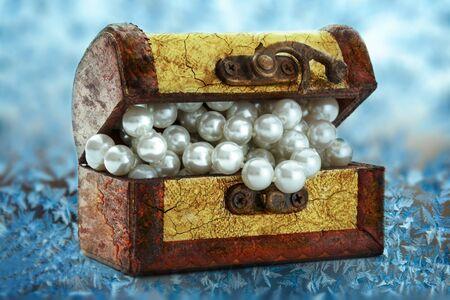 cofre del tesoro: Pecho de madera con collar de perlas blancas en ventana congelada