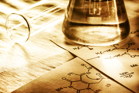 quimica organica: La qu�mica con f�rmula de reacci�n en la tonificaci�n en primer plano