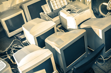Oude computermonitoren verzamelden zich op de vloer