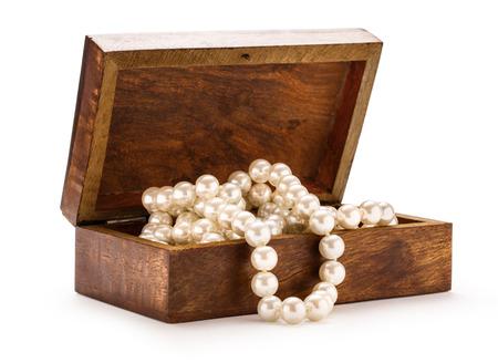 perlas: Peque�a caja de madera con collar de perlas blanco Foto de archivo