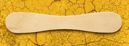 gelato stecco: Stecco gelato di legno su sfondo incrinato Archivio Fotografico