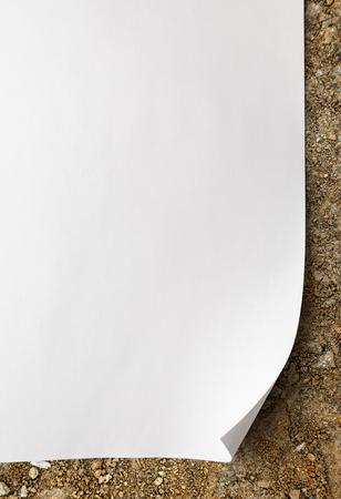 hoja en blanco: Hoja en blanco del documento sobre el fondo del suelo Foto de archivo