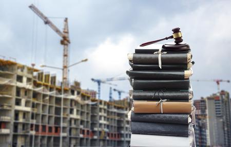 Document bestanden met hamer op gebouwen in aanbouw Stockfoto