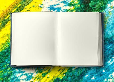 hoja en blanco: En blanco libro abierto como fondo en el primer plano Foto de archivo