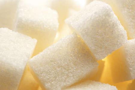 azucar: Cubos de az�car blanco en el fondo del primer