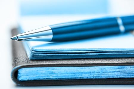 offen: Papierblöcke mit Stift auf es in der Nahaufnahme Lizenzfreie Bilder