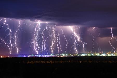 rayo electrico: Noche trueno relámpago sobre la visión del cielo de la ciudad