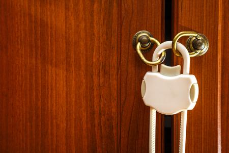 puerta: cierre de pl�stico de seguridad para la protecci�n del ni�o en el armario