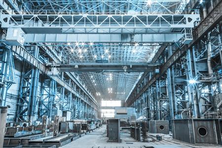 edificio industrial: Taller de máquinas de las fábricas metalúrgicas en interiores habitación Editorial
