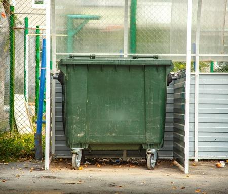 basura: Foto de bin única de basura verde fuera