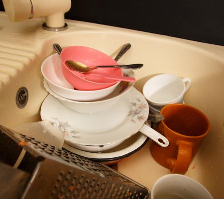 lavar trastes: Los platos sucios en el fregadero de la cocina en primer plano