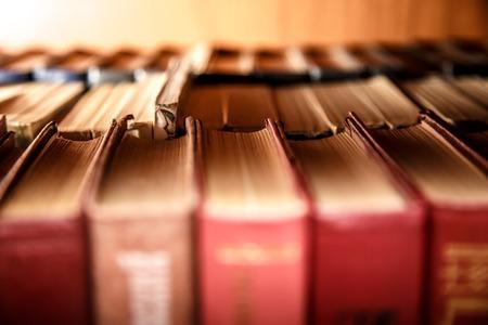 Alte Bücher auf dem Regal in der Bibliothek