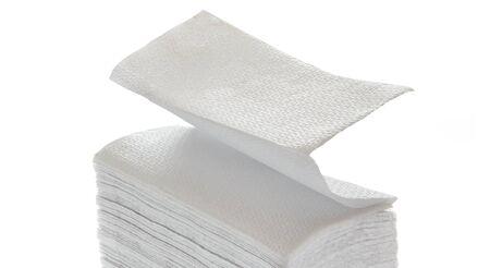 Papierservietten und Handtücher in Nahaufnahme auf weiß Standard-Bild