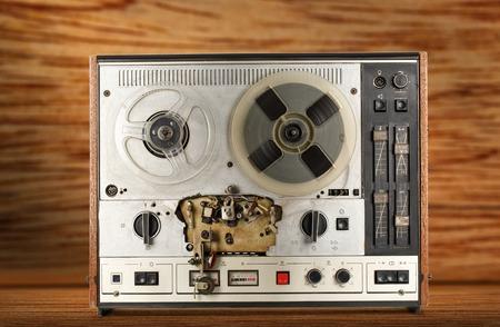 grabadora: grabadora de cinta vieja de carrete en el fondo de madera