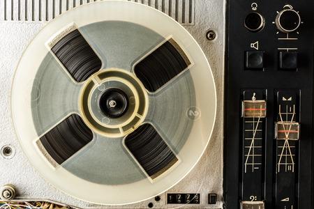 grabadora: grabadora de carrete de cinta de edad en primer plano utilizado Foto de archivo