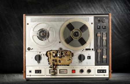 grabadora: grabadora de cinta vieja de carrete en el fondo de acero