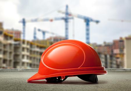 casco rojo: casco rojo en los edificios y las grúas de fondo