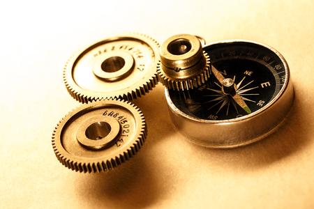 Trois roues dentées en acier avec une boussole en gros plan