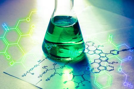 Rurka chemiczna o wzorze reakcji w świetle