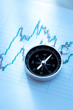 hoja de calculo: Brújula en la tabla de datos del mercado de valores en primer plano