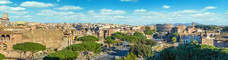 Panorama escénico de Roma con el Coliseo y el Foro Romano, Italia. Foto de archivo