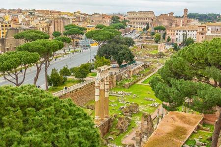 Photo panoramique de Rome avec le Colisée et le Forum romain, Italie.